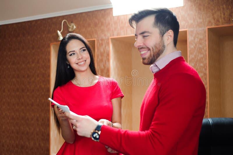 Partnery biznesowi dyskutuje dokumenty przy spotkaniem obraz royalty free
