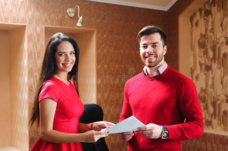 Partnery biznesowi dyskutuje dokumenty przy spotkaniem zdjęcia royalty free