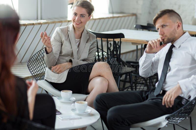 Partnery biznesowi dyskutuje firmową strategię zdjęcia royalty free