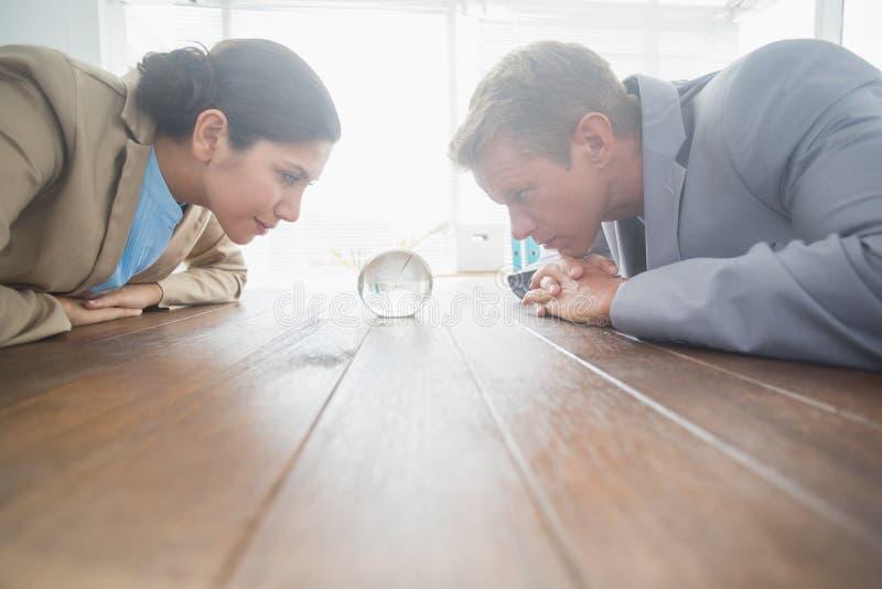 Partnery biznesowi ogląda kryształową kulę zdjęcia stock