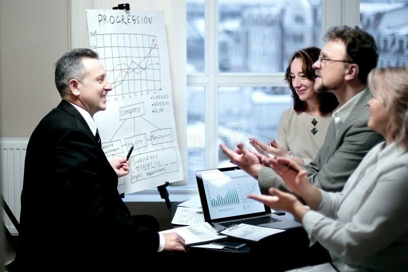 Partnery biznesowi oklaskuje przy prezentacj? nowy pieni??ny projekt obraz royalty free