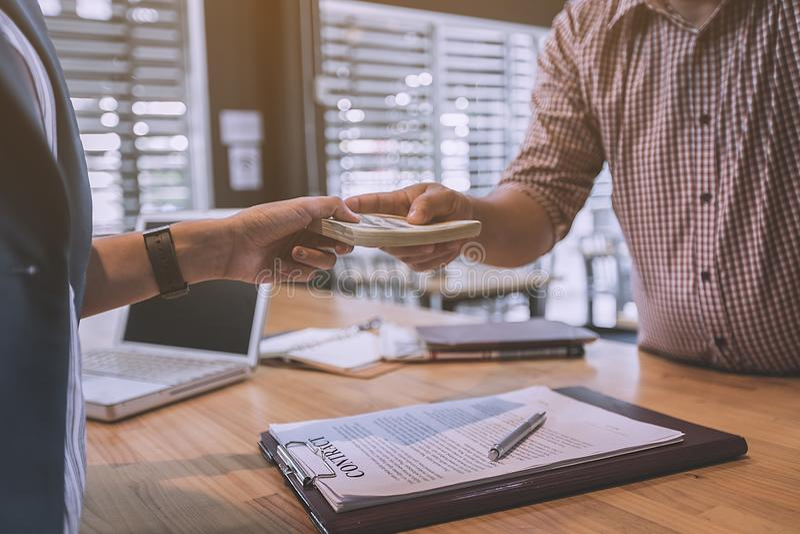 Partnery biznesowi podpisuje kontrakt pożyczać pieniądze od inwestora obraz royalty free