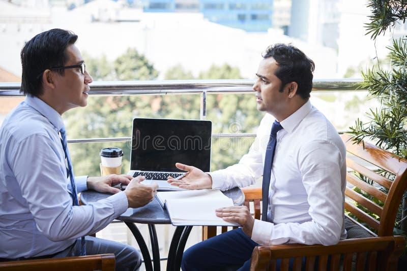 Partnery biznesowi pracuje w drużynie obraz stock