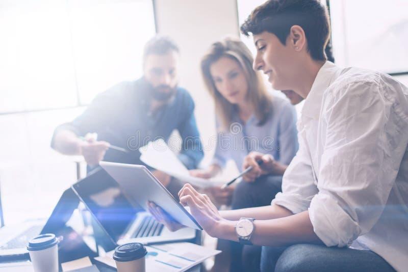 Partnery biznesowi spotyka pojęcie Coworkers zespalają się pracującego nowego początkowego projekt przy nowożytnym biurem Analizu obrazy stock
