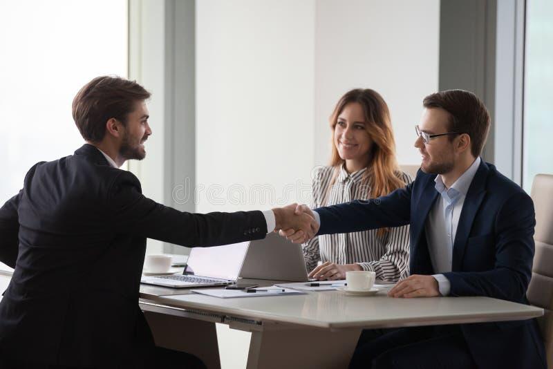 Partnery biznesowi trząść ręki negocjuje przy biurowym spotkaniem, współpracy pojęcie fotografia stock
