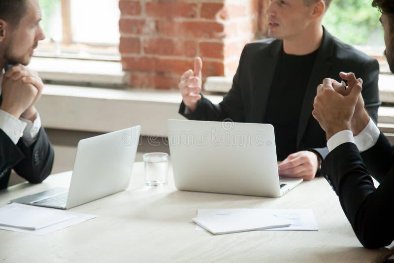 Partnery negocjuje z klientem o rozwija strategiach obrazy stock