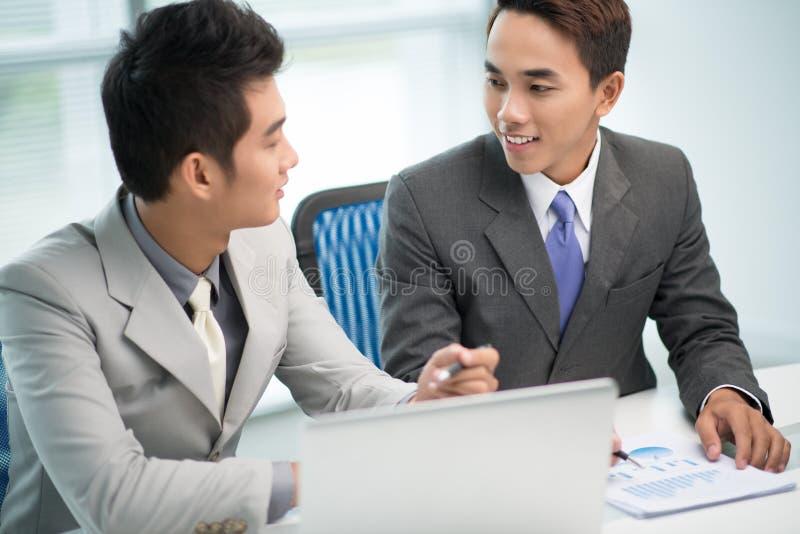 Partnery w wzajemnym zrozumieniu obrazy stock