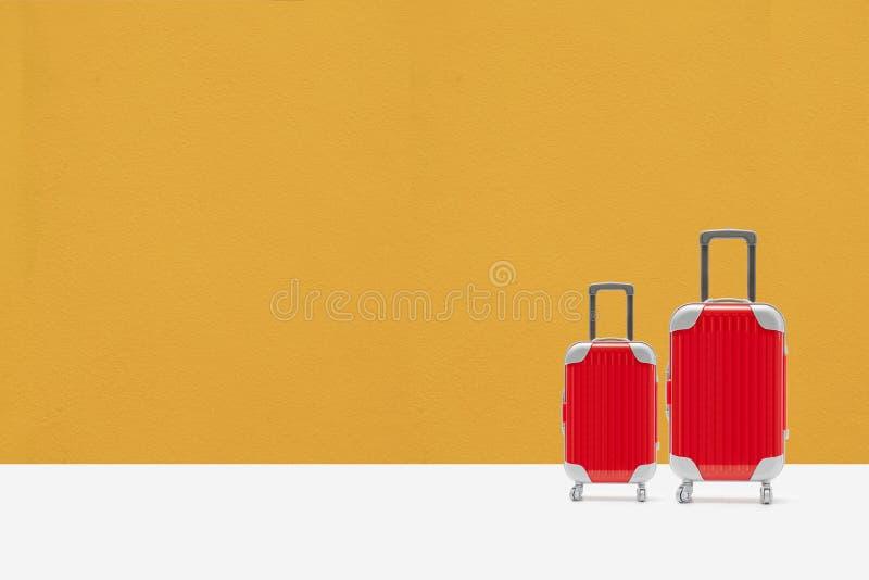 Partons pour voyager concept valise rouge avec l'espace de copie photos stock