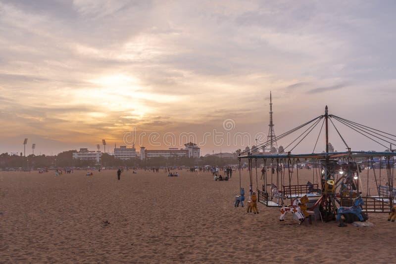 Partouzeur en bois d'isolement de tour de cheval pour les enfants pendant le coucher du soleil, nuages foncés à l'arrière-plan, p photo libre de droits