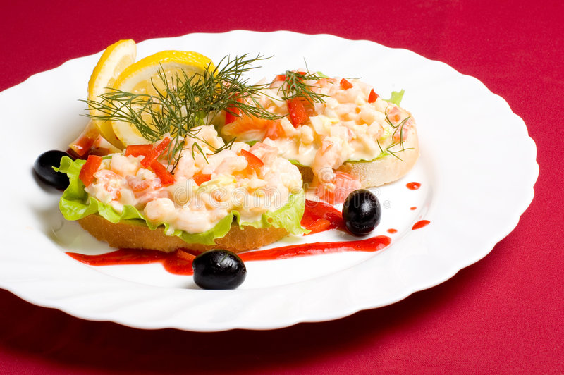 Parts de pain avec de la salade de crevette images libres de droits
