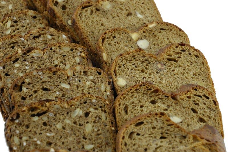 Parts de pain de seigle sur un fond blanc photo stock