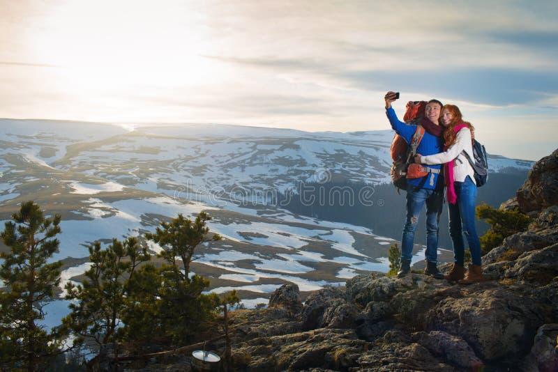 Parturister kvinna och man gör selfie i berg arkivbilder