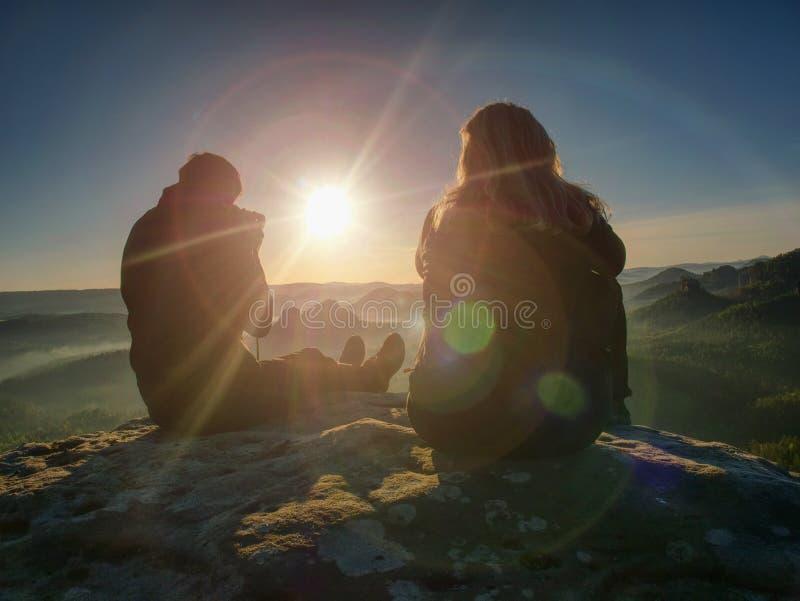 Parturister tar bilder till bakgrund av kullar och himmel stock illustrationer