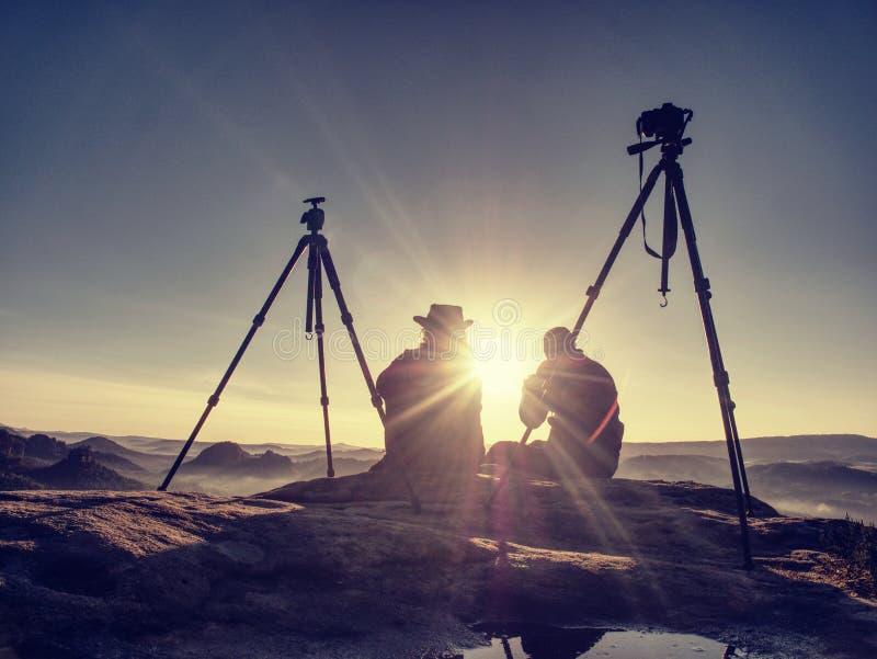 Parturister tar bilder till bakgrund av kullar och himmel vektor illustrationer