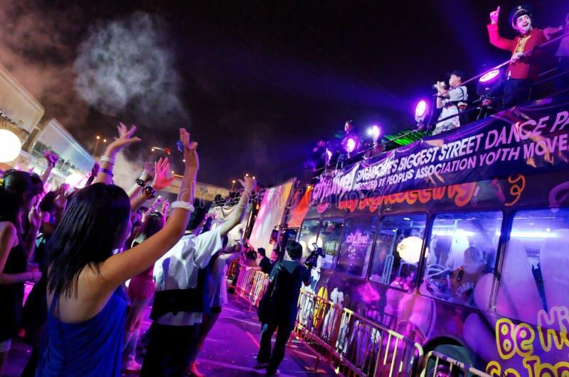 Party as foliões que acenam disco-jóquei vivos da cidade aos 2010 imagens de stock royalty free