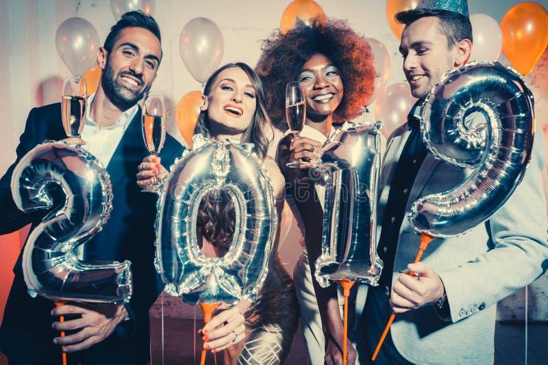 Party as mulheres e os homens dos povos que comemoram a véspera de anos novos 2019 fotografia de stock royalty free