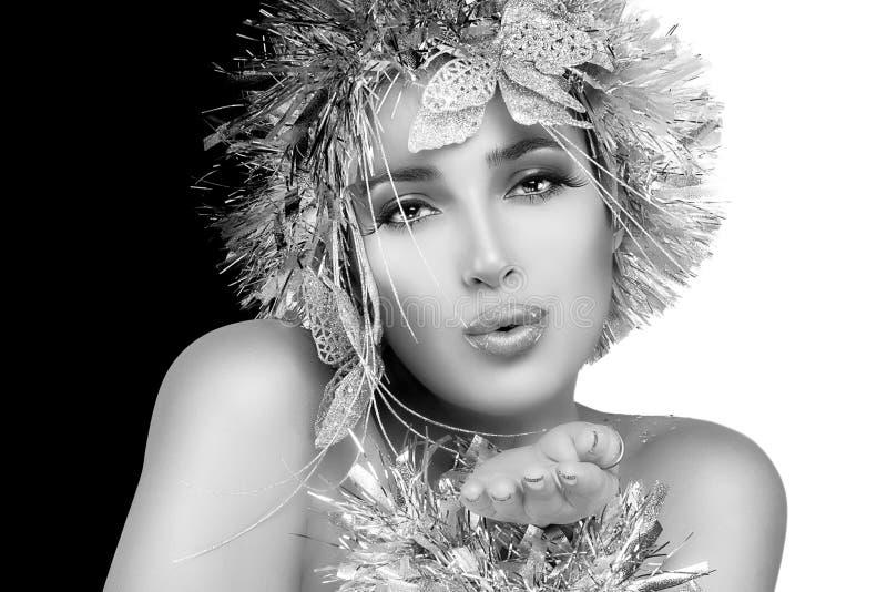 Party-Girl, das einen Kuss sendet Weihnachtsfrau mit silbernem Stylism stockbilder