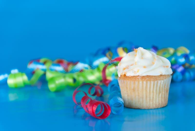 Party-kleiner Kuchen auf Blau lizenzfreie stockfotos