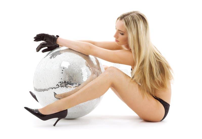 Party le danseur sur de hauts talons avec la bille de disco images libres de droits