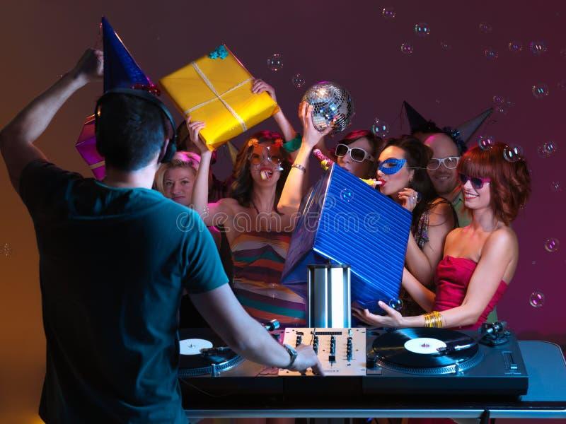 Party med vänner, dj, musik och presents arkivfoton