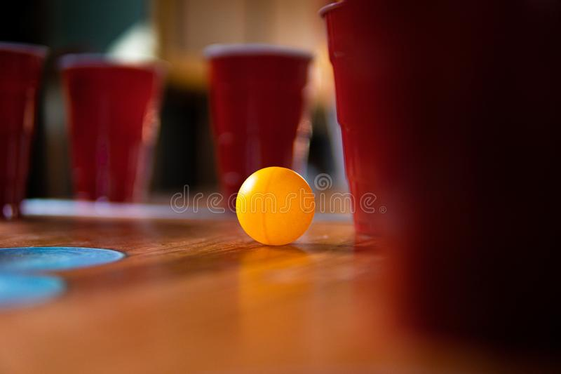 Party mit Red Solo Cups und Ping Pong Ball lizenzfreies stockbild