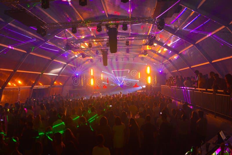 Party-Musik, Sommer-Nachtklub, bunte Lazer-Lichter stockfotografie