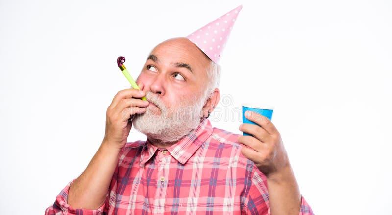 Party o tempo Feliz aniversario Partido incorporado chapéu e assobio do cone do partido da posse do homem Homem feliz com barba P imagens de stock