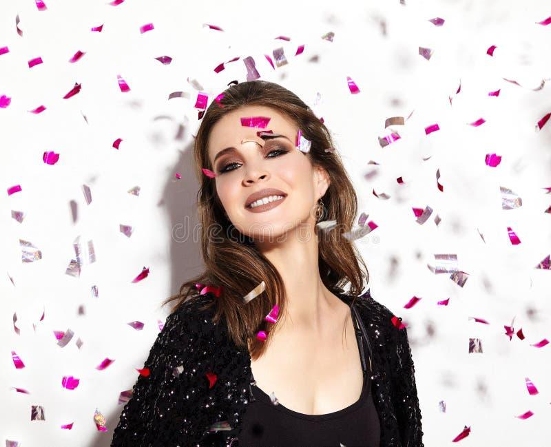 Party o tempo Sorriso feliz bonito da mulher Estilo do Natal nos confetes Brilhante comemore o olhar com composição brilhante da  imagem de stock