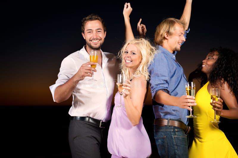 Party und Tanzen am Strand lizenzfreie stockfotografie