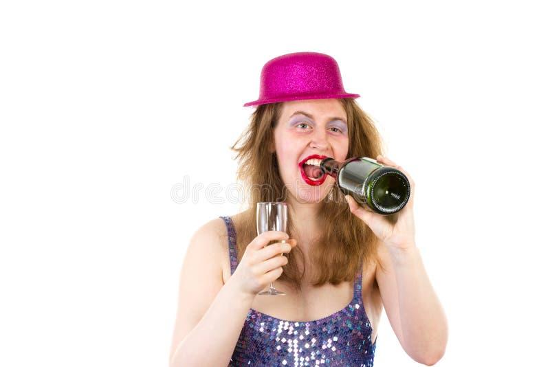 Partygirl, das zu viel Alkohol trinkt lizenzfreie stockfotografie
