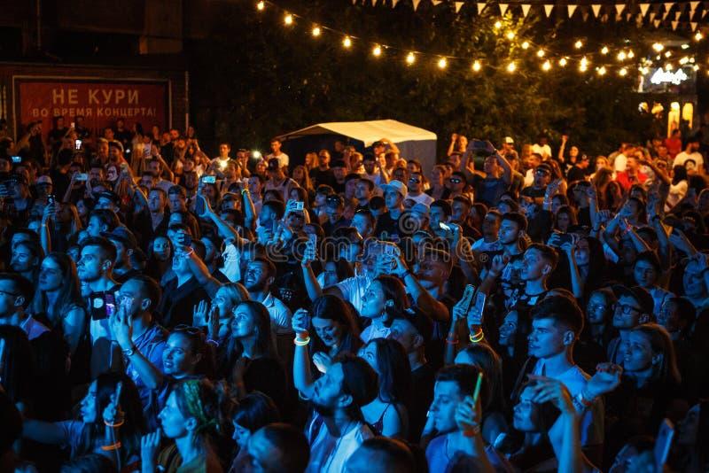 Partying толпы музыкального фестиваля лета на открытом воздухе стоковая фотография rf