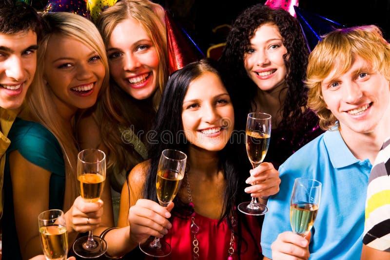Partying dos amigos imagem de stock