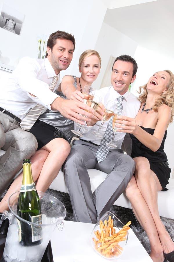 Partying dos pares imagem de stock royalty free