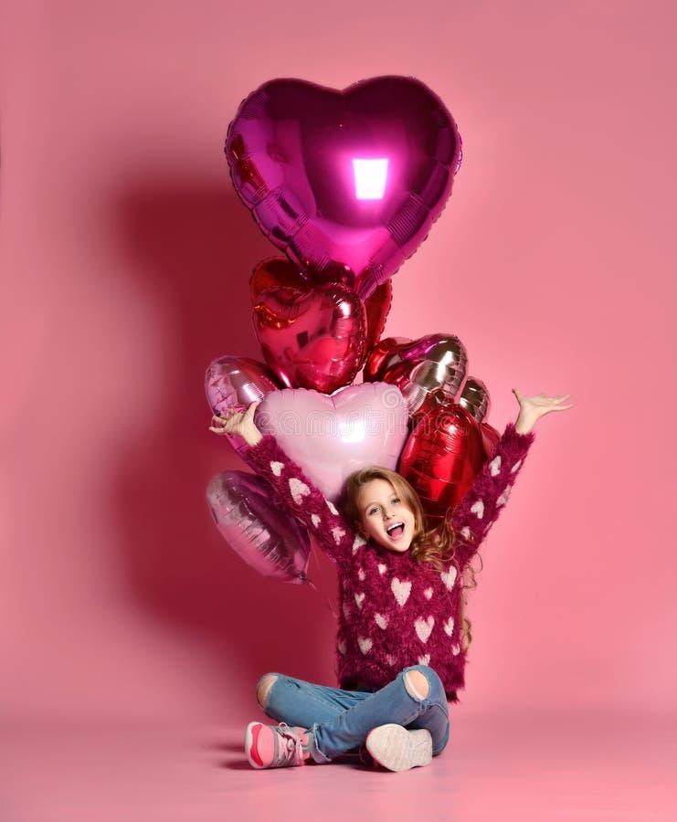 Partyjna dziewczyna, balony, mieć zabawę amerykanin afrykańskiego pochodzenia balonów piękny urodzinowy tort świętuje czekoladowe fotografia stock