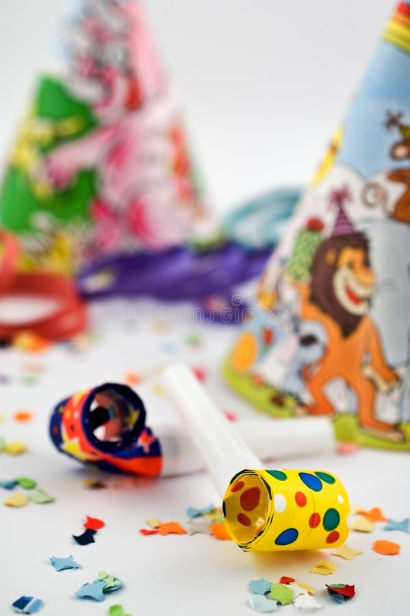 Partyjne dmuchawy z partyjnymi kapeluszami i confetti zdjęcia royalty free