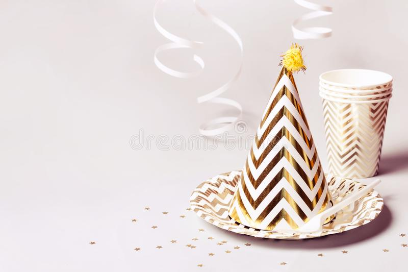 Partyjni akcesoria w złocie Papierów confetti na szarym tle i naczynia obrazy stock