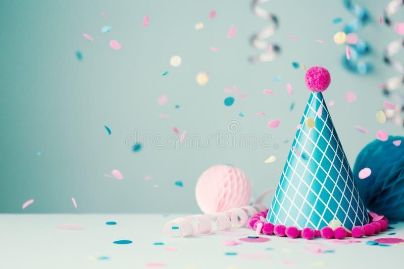 Partyjni kapeluszowi i spadają confetti zdjęcie royalty free