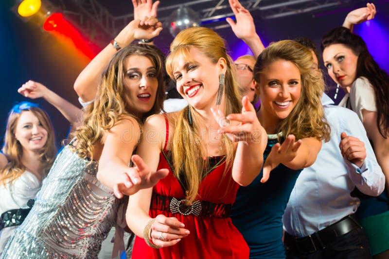 Partyjni ludzie target1040_1_ w dyskoteki klubie zdjęcie royalty free