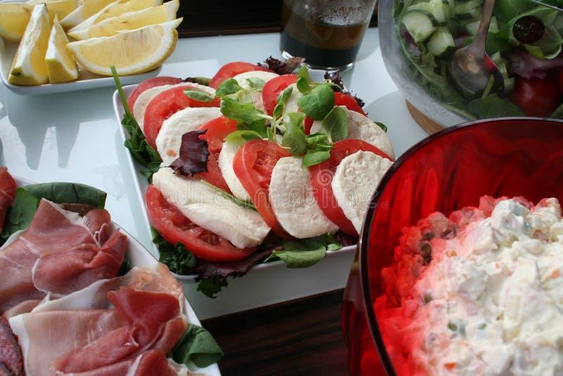 Partyjny jedzenie na stole w ogrodowym czekaniu dla gości obrazy royalty free