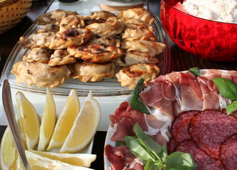 Partyjny jedzenie na stole w ogrodowym czekaniu dla gości obraz royalty free