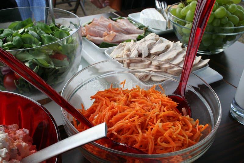 Partyjny jedzenie na stole w ogrodowym czekaniu dla gości obrazy stock