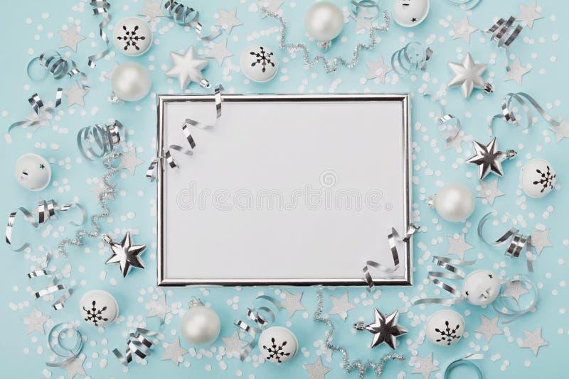 Partyjny karnawałowy tło dekorująca bożego narodzenia srebra rama z confetti, piłkami i gwiazdą na turkusowym desktop widoku, Mie obraz stock