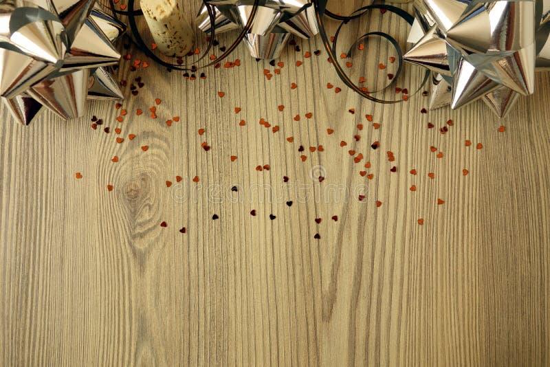 Partyjny tło z dekoracjami na drewnianym stole fotografia stock