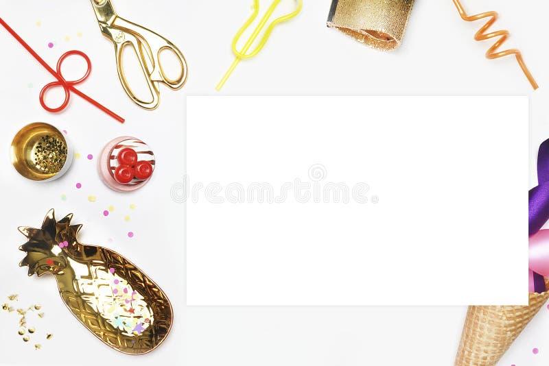 Partyjny zaproszenie egzamin próbny Mieszkanie nieatutowy, tort z truskawkami, barwiąca taśma Biały tło z partyjnymi akcesoriami  zdjęcia royalty free