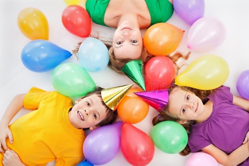 Partykinder und ihre Mutter stockbild