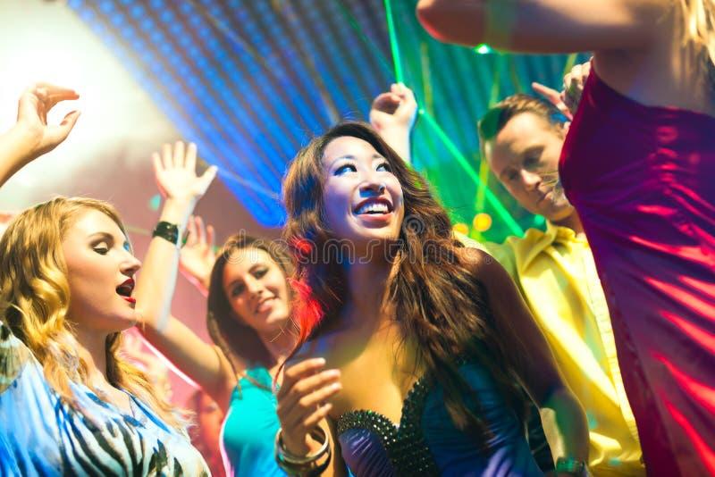 Partyleutetanzen in der Disco oder im Klumpen stockfotografie