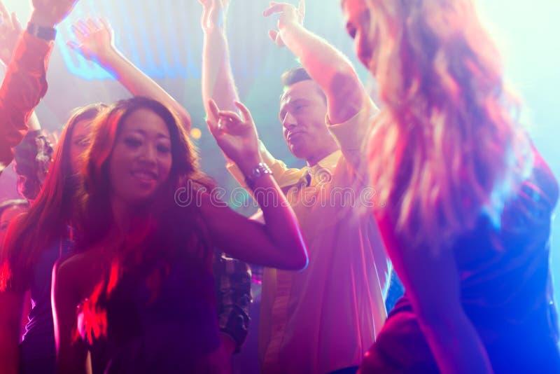 Partyleutetanzen in der Disco oder im Klumpen lizenzfreies stockfoto