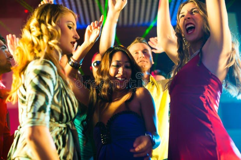 Partyleutetanzen in der Disco oder im Klumpen stockfoto