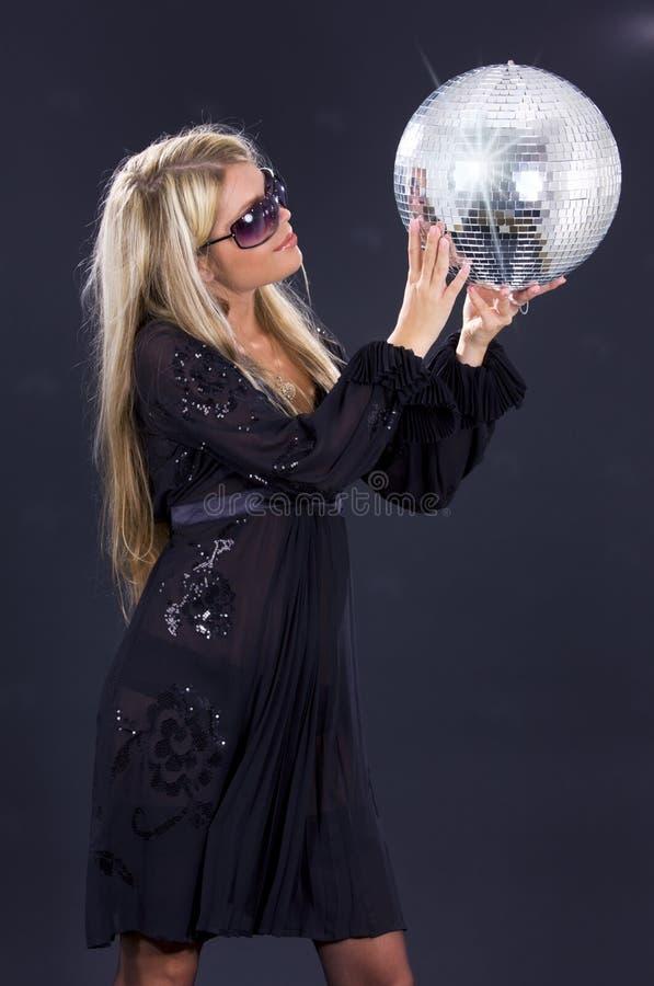 Partymädchen mit Discokugel lizenzfreies stockfoto