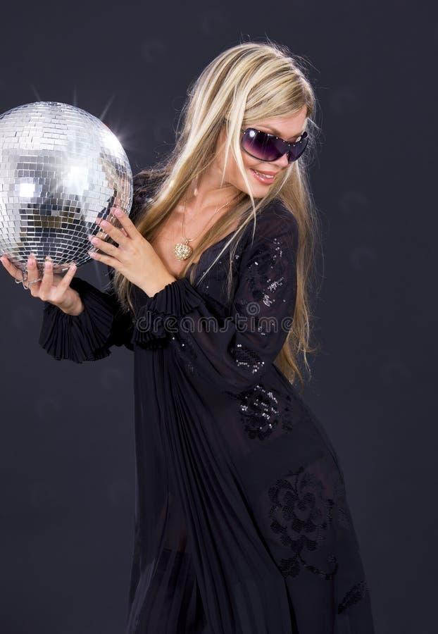 Partymädchen mit Discokugel lizenzfreies stockbild